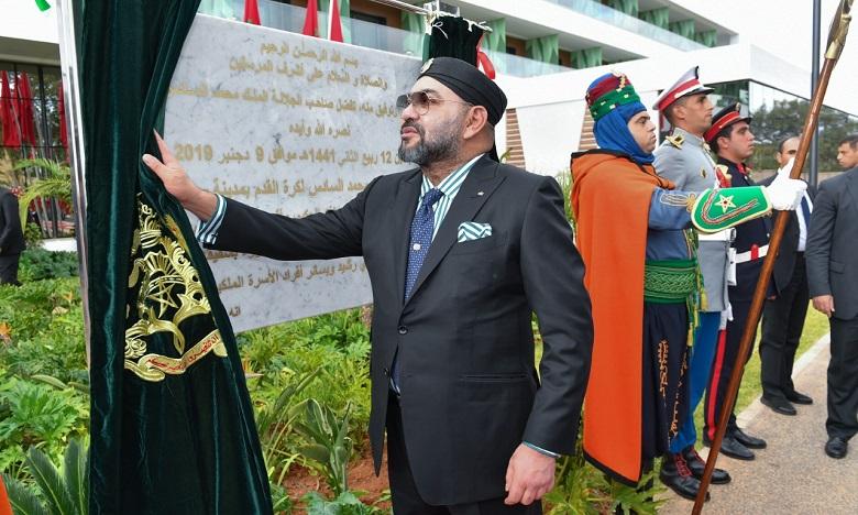 """جلالة الملك يدشن بسلا """"مركب محمد السادس لكرة القدم""""، منشأة مندمجة موجهة لتكريس الفعالية والتميز"""