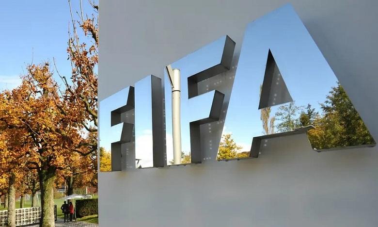 """فيروس كورونا: """"فيفا"""" يطلب من الأندية واللاعبين الاتفاق بشأن خفض الأجور"""