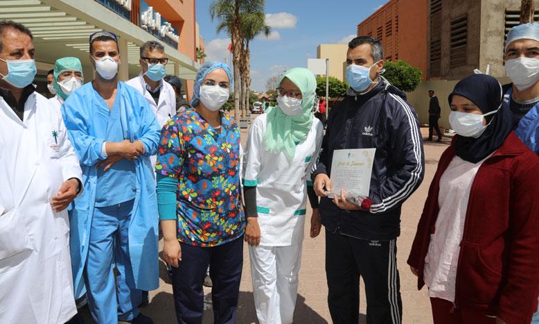 الأطر الطبية والتمريضية بمستشفى الرازي بمراكش تحتفل بشفاء حالتين من فيروس كورونا