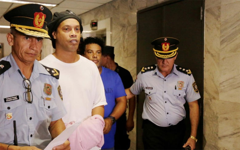 بعد شهر في السجن.. رونالدينيو يتنفس الحرية بشروط