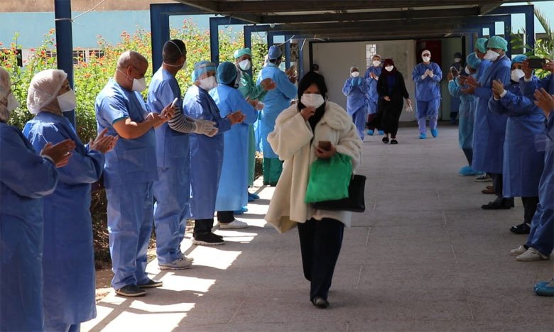 سيدتان تغادران المشفى بعد شفائهما من فيروس كورونا وسط تصفيقات وزغاريد أطر الصحة بأكادير