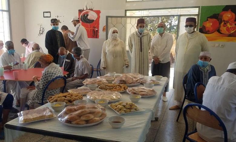 خريبكة: أشخاص بدون مأوى ومهاجرون أفارقة يحتفلون بعيد الفطر في احترام للحجر الصحي