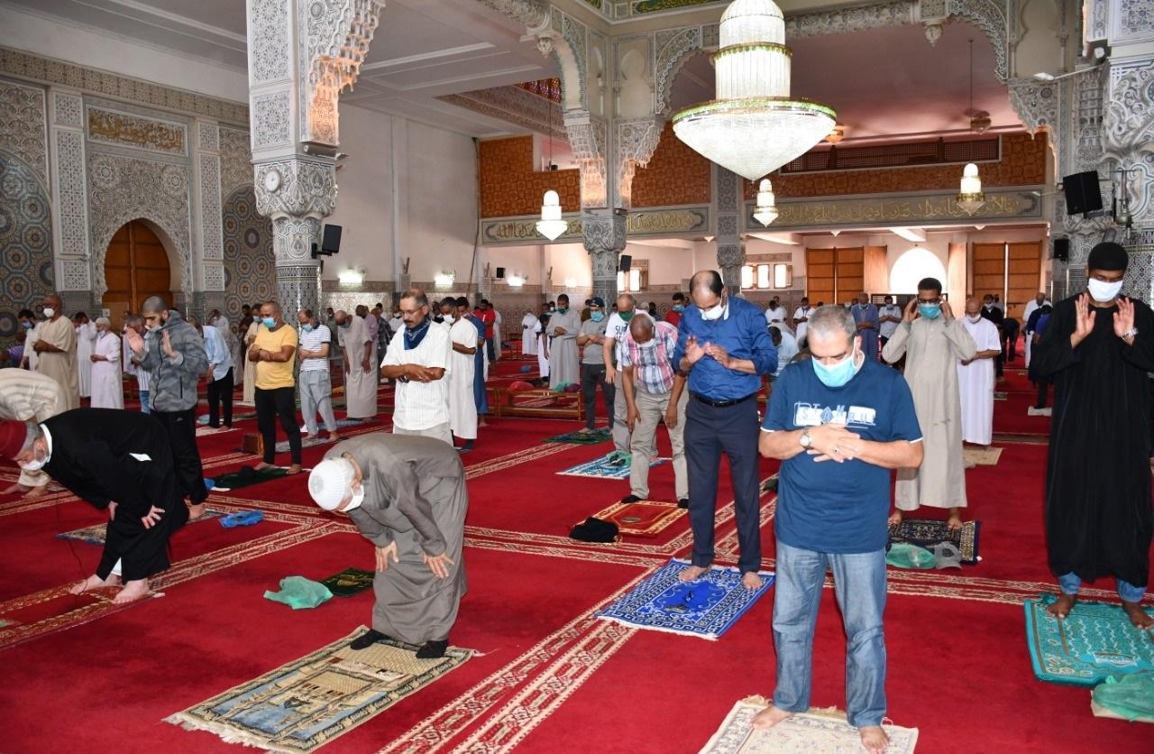 هكذا استقبلت المساجد المصلين ..بعد إعادة فتحتها في احترام لمختلف التدابير الوقائية