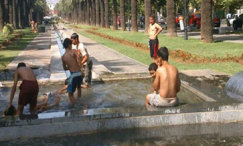 فاس: الارتفاع المفاجئ لدرجة الحرارة يدفع الشباب إلى الارتماء في النافورات رغم خطورة مياهها