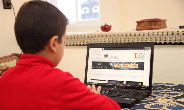 كورونا يغزو مؤسسات تعليمية ويجبرها على اعتماد نمط التعليم عن بعد