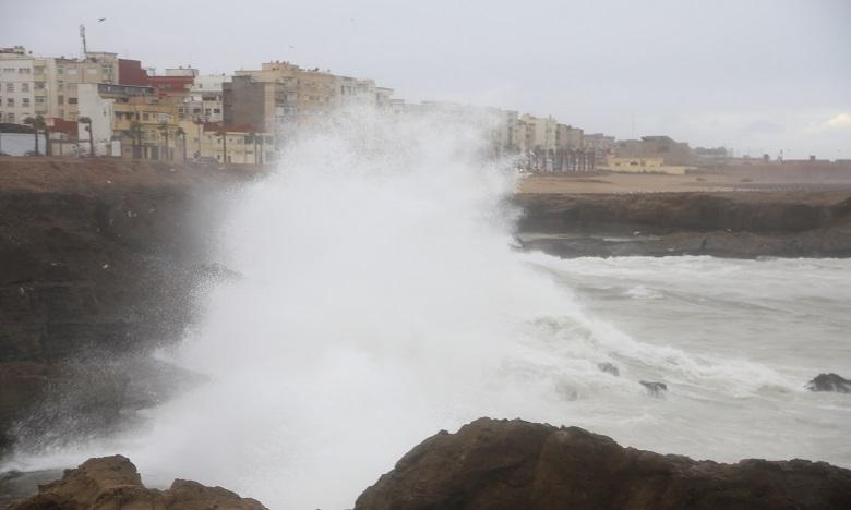 أمواج عاتية على السواحل الأطلسية ما بين أصيلة وطرفاية