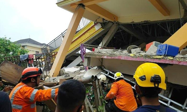 إندونيسيا: ارتفاع عدد ضحايا الزلزال إلى 77 قتيلا