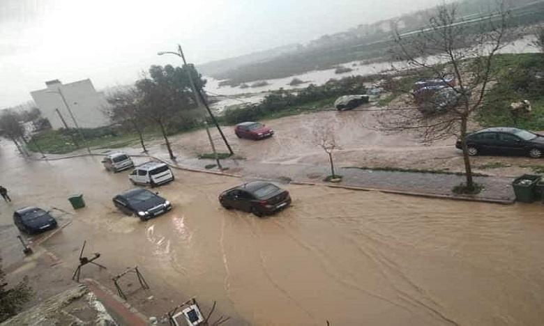 توقيف الدراسة احترازيا..تطوان تحصي خسائرها بعد أمطار غزيرة أغرقت الأحياء وتسربت إلى 275 منزلا وجرفت 11 سيارة