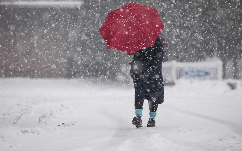 زخات مطرية رعدية قوية وتساقطات ثلجية ورياح عاصفية قوية من الجمعة إلى الأحد