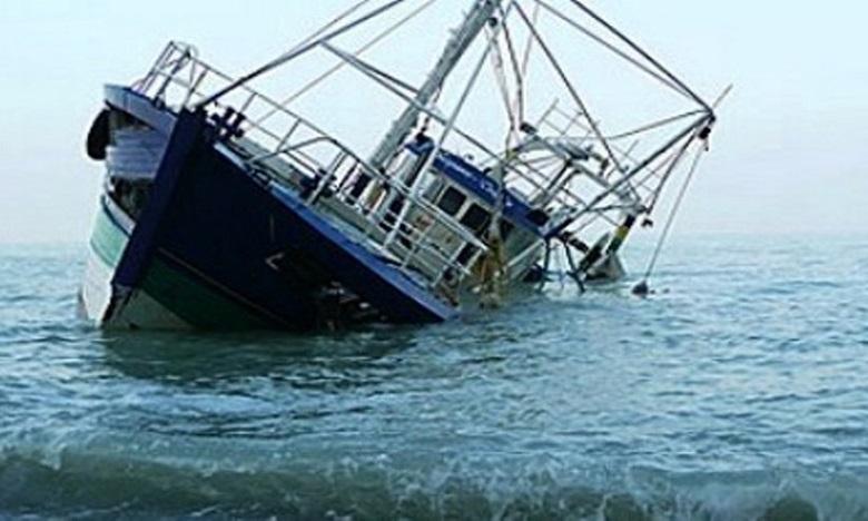 غرق مركب صيد محملا بالأسماك في الحوض المينائي لأكادير