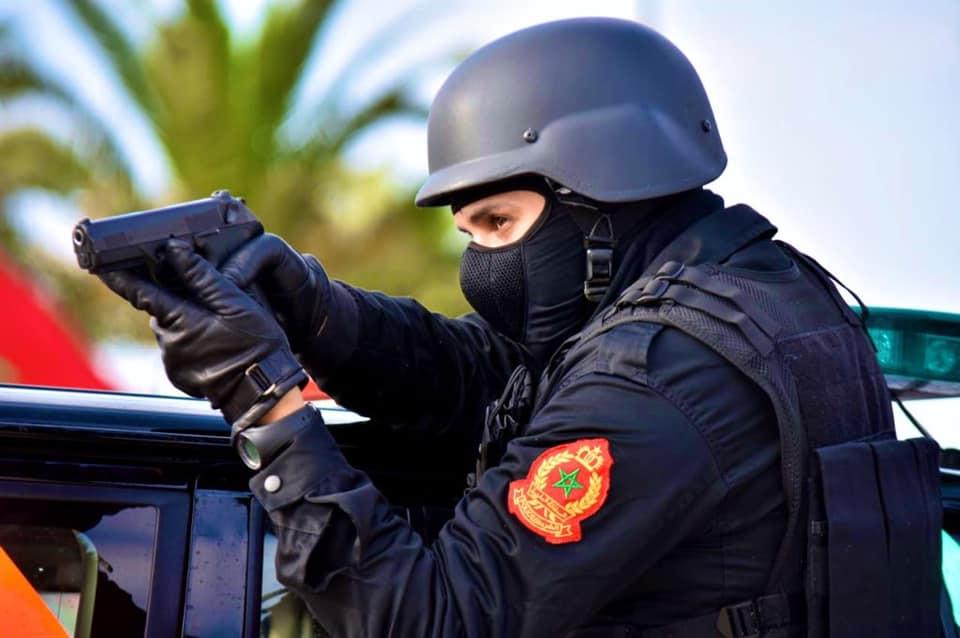 مفتش شرطة يستعمل سلاحه الوظيفي لإيقاف 4 أشخاص هدد سلامة المواطنين والشرطة بمراكش