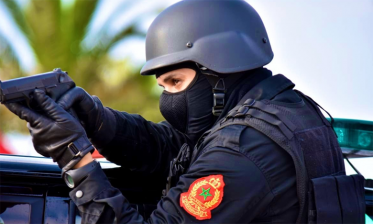 استعمال السلاح الوظيفي لعناصر الشرطة لإيقاف شخص هدد سلامة المواطنين والشرطة بقلعة السراغنة