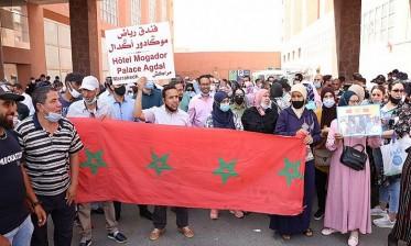 """مراكش: عمال 6 مؤسسات سياحية يواصلون الاعتصام احتجاجا على """"التشريد"""" ويطالبون بـ """"الانصاف"""""""
