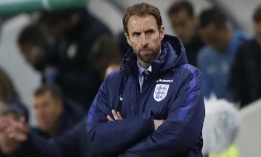 """مدرب إنجلترا يشكو """"العنصرية"""" للويفا"""
