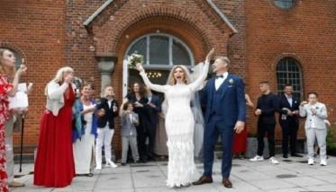 أسطورة منتخب الدانمارك يحتفل بعقد زواجه