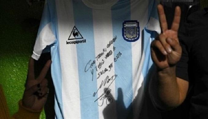 مارادونا يتبرع بقميص مونديال المكسيك لمتضرري كورونا