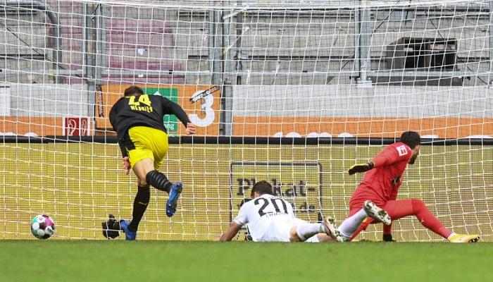 أوغسبورغ يهزم دورتموند في الدوري الألماني