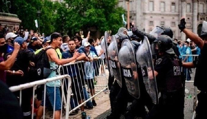 اشتباكات بين الشرطة ومودعي مارادونا قرب قصر كاسا روسادا