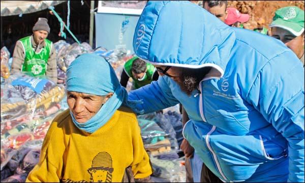 جلال اعويطا يتحدث إلى إحدى ضحايا الفيضانات