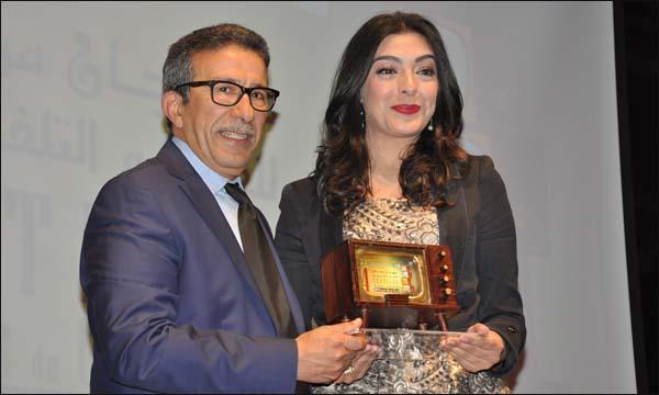 خير الله تتسلم جائزة أحسن ممثلة من سعد الله المكرم في الدورة الرابعة (خاص)