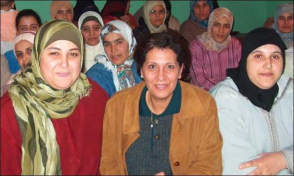 فوزية طالوت المكناسي الصحافية والخبيرة في التواصل والإعلام (في الوسط)