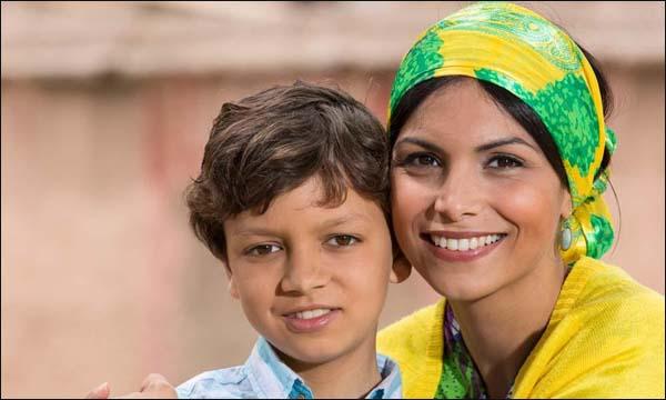 الممثلة المغربية زينب عبيد رفقة الطفل ياسين صواب في فيلم 'مقطوع من شجرة'