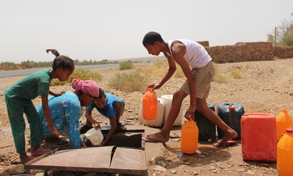 """مجتمع : زاكورة: """"الصحراء المغربية"""" تستحضر متاعب السكان المادية والنفسية  للحصول على الماء الشروب"""