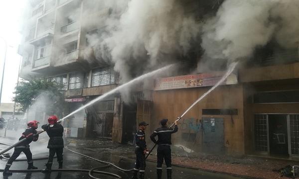 النيران انطلقت من الطابق الثاني للعمارة، حيث توجد مدرسة خاصة للفندقة والطبخ، قبل أن تنتقل إلى الشقق والبنايات المجاورة. تصوير الصديق