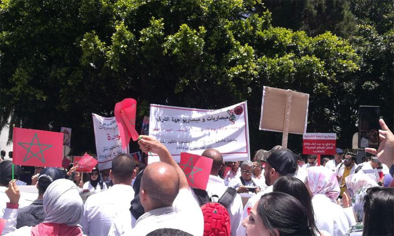 المبصاريون يحتجون أمام وزارة التعليم العالي لسحب قياس البصر من مهامهم