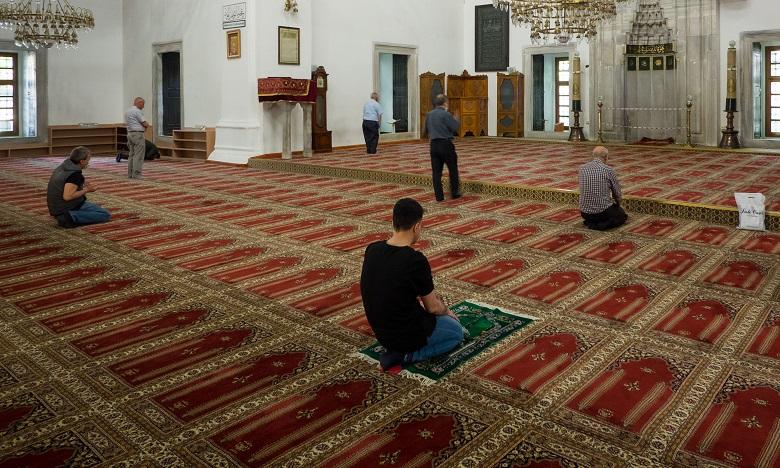 الطيب حمضي: على المصلين التقيد بالتدابير الصحية عند أداء صلاة الجمعة حتى لا تتحول المساجد إلى مصدر لتفشي كورونا