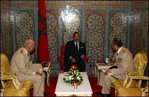 Le Souverain lors de l'audience accordée aux généraux Abdelhak Kadiri et Abdelaziz Bennani