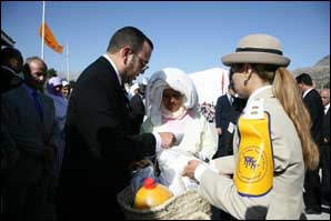 S.M. le Roi lance à Chefchaouen l'opération Ramadan 1427 de distribution de denrées alimentaires
