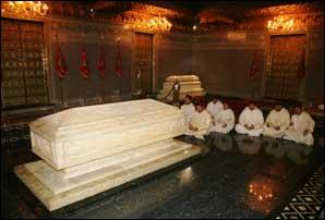 S.M. le Roi se recueille sur la tombe de feu S.M. Mohammed V