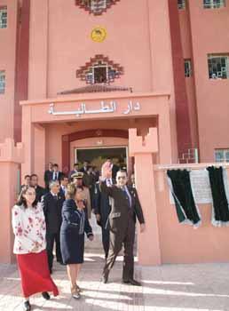 S.M. Mohammed VI inaugure un foyer pour jeunes filles à Ouarzazate
