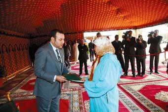 S.M. le Roi remet les titres d'attribution aux bénéficiaires de l'opération de recasement à Meknès