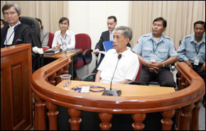 L'ancien chef des Khmers rouges est assis dans la salle d'audience aux Chambres dans les tribunaux du Cambodge, à la périphérie de Phnom Penh. Photos : AFP