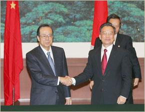 Le Premier ministre japonais, Yasuo Fukuda serre la main du Premier ministre chinois Wen Jiabao à Beijing.  (Photos : AFP)