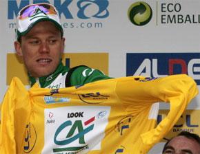 Le Norvégien Thor Hushovd (Crédit Agricole / Fra) enfile son maillot jaune à Amilly. (Photo : AFP)