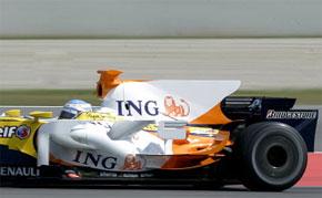 Fernando Alonso prend part à une session de formation avec les nouvelles pièces aérodynamiques sur sa R28 à Barcelone. (Photo : AFP)