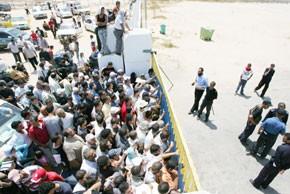 Des centaines de Palestiniens prennent d'assaut le terminal de Rafah