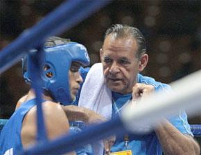 Le Cubain Andris Laffita Hernandez reçoit des instructions légendaires de son entraîneur Pedro Roque, entre les coups au cours des JO-2008 de Beijing. (Photo : AFP)
