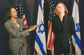 La secrétaire d'Etat américain, Condoleezza Rice lors d'une conférence de presse conjointe avec le ministre des affaires étrangères israélien, Tzipi Livni à Al-Qods. (Photo : AFP)