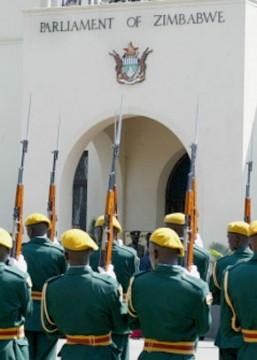 Mugabe ouvre le Parlement sous les huées de l'opposition