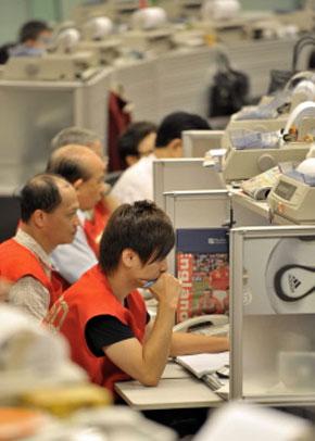Les opérateurs travaillent à la Bourse de Hong Kong. (Photo : AFP)