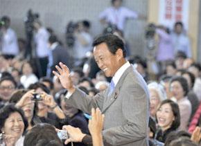 Le prochain Premier ministre du Japon, salué par le parti au cours du débat avec les quatre autres candidats au siège du parti à Tokyo. (Photo : AFP)