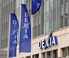 La banque Dexia vole dans des drapeaux devant le siège de Dexia dans le cœur de Bruxelles. (Photo : AFP)