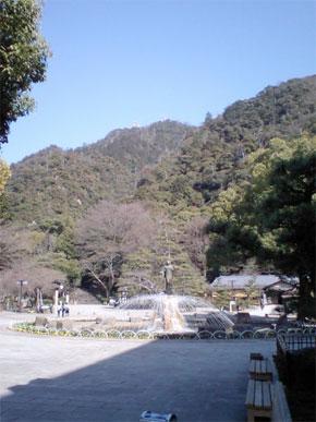 Vue du parc de Gifu. Au sommet de la montagne on aperçoit le château de Gifu et la station de téléphérique qui permet d'y amener les touristes peu sportifs. (Photo : fr.wikipedia.org)