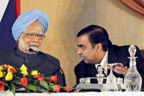 Le Premier ministre indien, Manmohan Singh à l'écoute de l'homme d'affaires indien, Mukesh Ambani lors d'une cérémonie de signature, à New Delhi. (Photo : AFP)