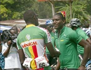 Des participants au départ de la course cycliste Tropicale Amissa Bongo. (Photo : AFP)