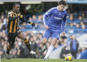 Le footballeur allemand de Chelsea, Michael Ballack sous la pression de Kamil Zayatte de Hull City, à Stamford Bridge à Londres. (Photo : AFP)